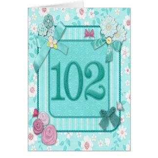 102nd carte d'anniversaire avec des fleurs