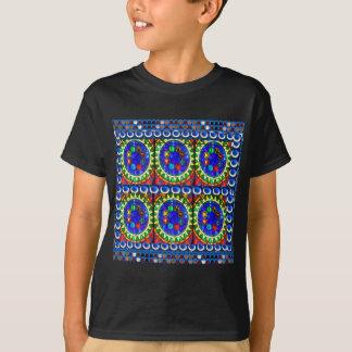 4 conceptions de bijou sur les chemises foncées de t-shirt