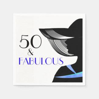 50 et dame fabuleuse avec le collier bleu et le serviette jetable