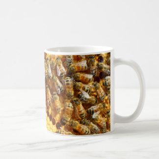 Abeille de miel et tasse de couvée