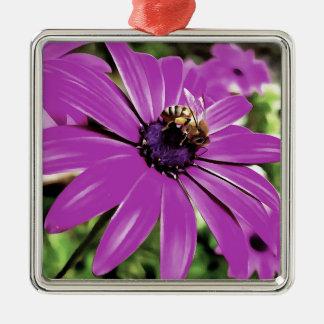Abeille de miel sur une fleur de ressort ornement carré argenté