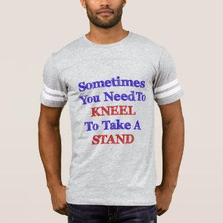 Agenouillement pour prendre un support pour la t-shirt