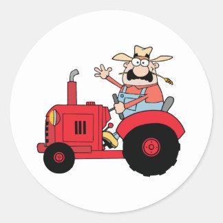 Agriculteur heureux dans le tracteur rouge sticker rond