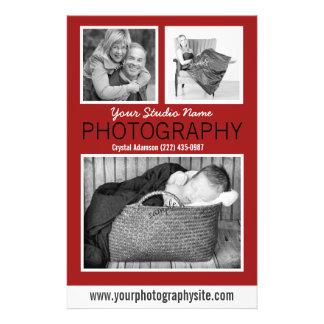 Aide des affaires du photographe avec trois photos prospectus avec motif