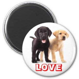 Aimant Amour noir et jaune de chiot de labrador retriever