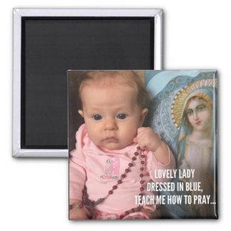 Aimant Bébé tenant la mère bénie par chapelet dans le