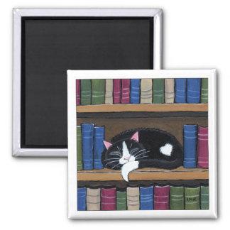 Chat de smoking dormant sur l'aimant d'art de chat