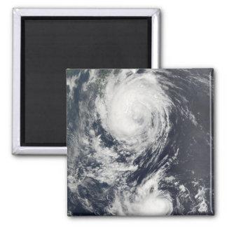 Aimant Deux systèmes d'ouragan approchant l'Extrême
