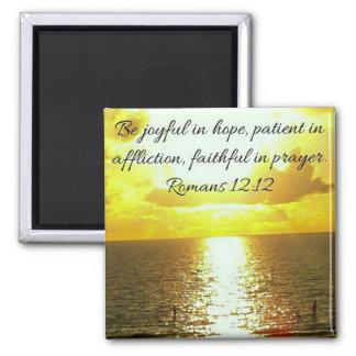 Aimant fidèle dans le vers de bible de prière sur le
