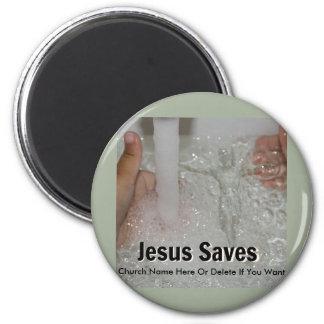 Aimant Jésus dans l'eau avec deux pouces lèvent la