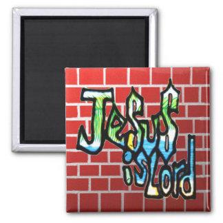 Aimant Jésus est seigneur sur la brique rouge