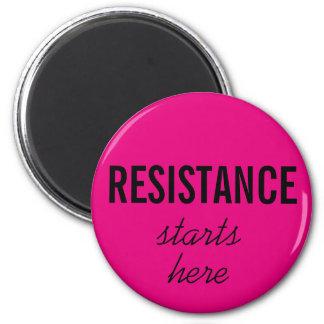 Aimant La résistance commence ici, texte noir sur des