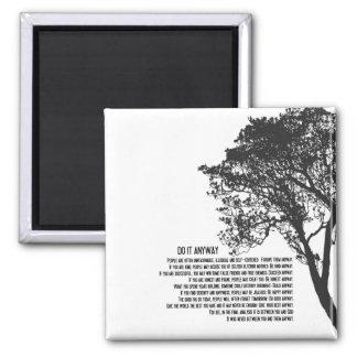 Aimant L'arbre noir et blanc le font de toute façon