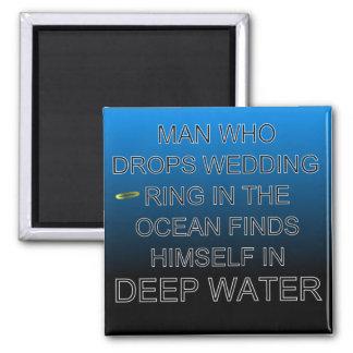 Aimant L'homme laisse tomber l'anneau de mariage dans