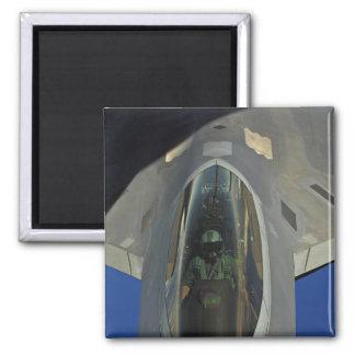 Aimant Un F-22 Raptor reçoit le carburant d'un KC-135