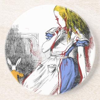 Alice dans des dessous de verre du pays des