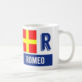 """Alphabet nautique """"R"""" Romeo de drapeaux Mug Blanc"""