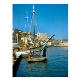 Amalfi, bord de mer avec le bateau de pêche carte postale