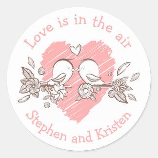 Amour personnalisé par mariage rose de coeur de sticker rond