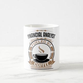 Analyste rempli de combustible par le café mug
