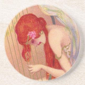Ange antique doux de roux sur l'harpe dessous de verres