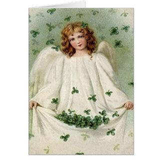 Ange avec la carte du jour de St Patrick de trèfle