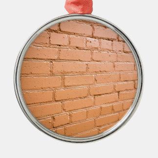 Angle de vue sur le mur de briques ornement rond argenté