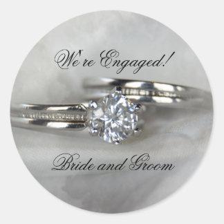 Anneaux de mariage sur le fiançailles gris sticker rond
