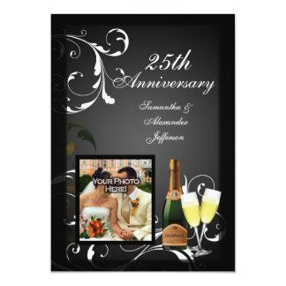 Anniversaire argenté noir et blanc de photo de carton d'invitation  12,7 cm x 17,78 cm