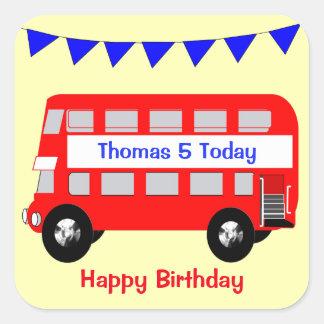 Anniversaire de grand autobus rouge d'enfants sticker carré