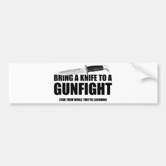 Apportez un couteau à un combat d'armes à feu autocollant de voiture