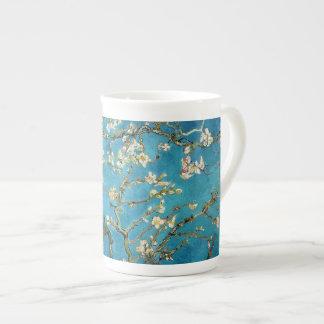 Arbre d'amande de floraison par Vincent van Gogh. Mug