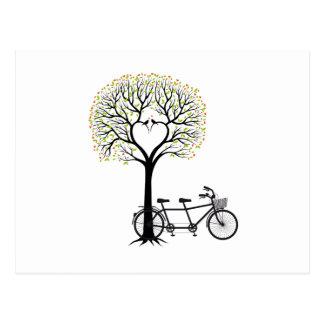 Arbre de coeur avec les oiseaux et la bicyclette carte postale