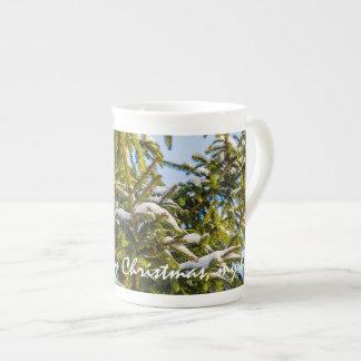 Arbre de Noël vert dans la neige Mug
