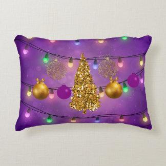 Arbre d'or coloré de lumières et d'ornements de coussins décoratifs