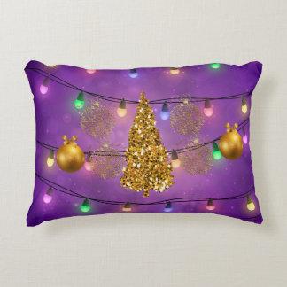 Arbre et ornements d'or colorés de lumières de coussins décoratifs