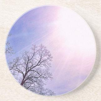 Arbres d'hiver et un art saisonnier froid de dessous de verre