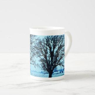 Arbres et ferme au crépuscule avec la neige mug