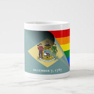 Arc-en-ciel de gay pride de drapeau du Delaware Tasse Géante