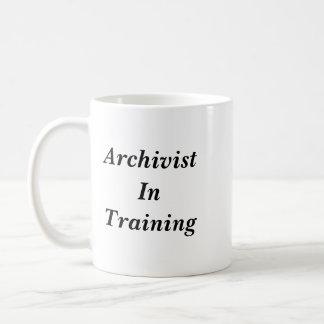 Archiviste dans la tasse de formation