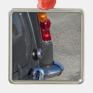 Arrière d'une vieille voiture classique italienne ornement carré argenté