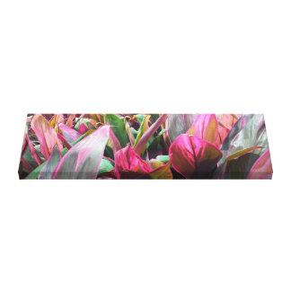 Art de toile enveloppé par jardin de feuillage de
