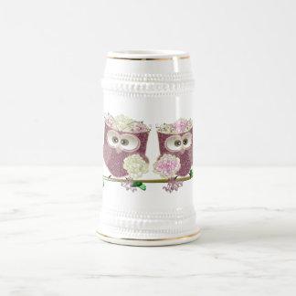 Art mignon de deux de jeunes mariées hiboux de chope à bière