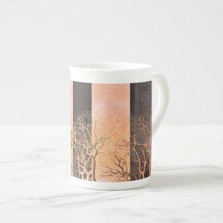 Art numérique orange noir de branches d'arbres de mug