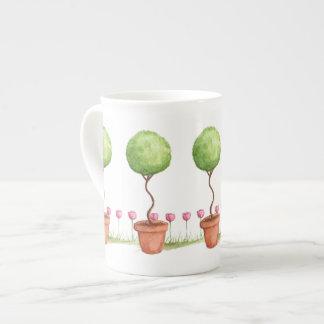 Art topiaire vert avec les tulipes roses mug