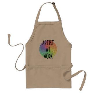 Artiste à la peinture de tablier de travail créant