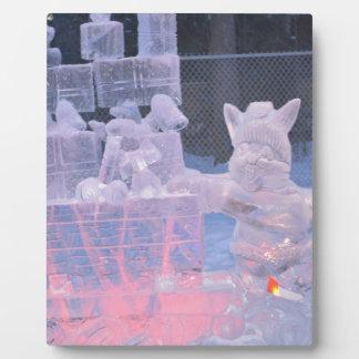 Artiste sportif de sculpture en glace découpant plaque photo