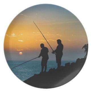Assiette Deux hommes pêchant au rivage