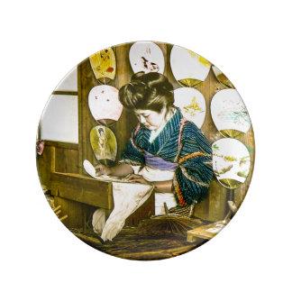 Assiette En Porcelaine Fabrication des fans de papier dans le vieux cru