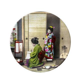 Assiette En Porcelaine Geisha et son Meiko dans le vieux cru du Japon